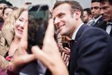 Le président de la République se prête au jeu des selfies avec des visiteurs du salon de l'agriculture, le 22 février.
