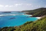 Moustiqueest uneîleprivée de l'archipeldesGrenadines, dans les Caraïbes, très prisée des Britanniques fortunés.