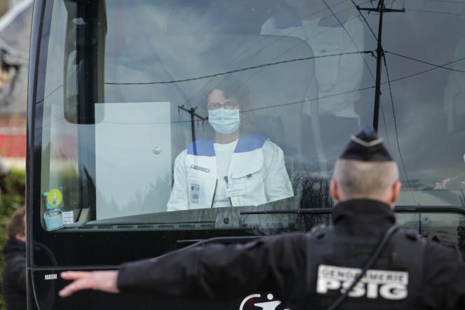 Trente-quatre Français rapatriés de Wuhan (Chine) arrivent en bus pour être mis en quarantaineàBranville (Calvados), le 21 février.