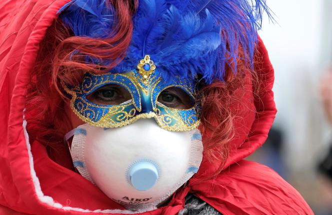 Un participant du carnaval de Venise porte un masque protecteur en raison de l'épidémie de coronavirus, le 23 février.