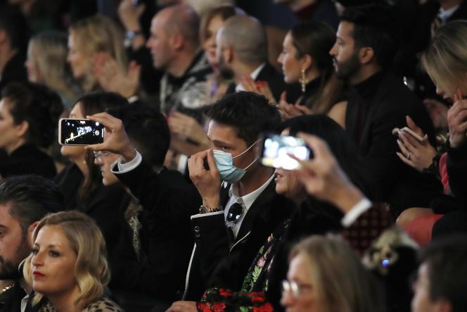 Un homme dans l'assistance du défilé Dolce & Gabbana porte un masque chirurgical, dimanche 23 février.