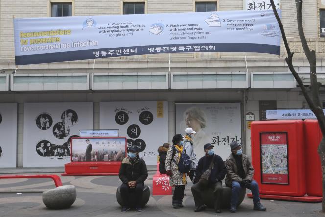 Dans une rue de Séoul,en Corée du Sud, lundi 24 février 2020.