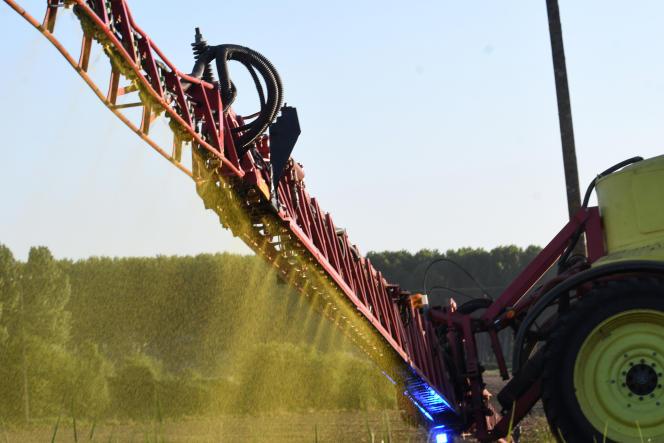 Un herbicide est épandu dans un champ, en mai 2018 à Piacé (Sarthe).