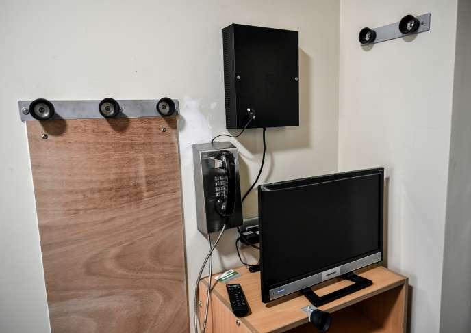 Un téléphone fixe dans une cellule de la prison de la Santé, à Paris, le 12 avril 2019.