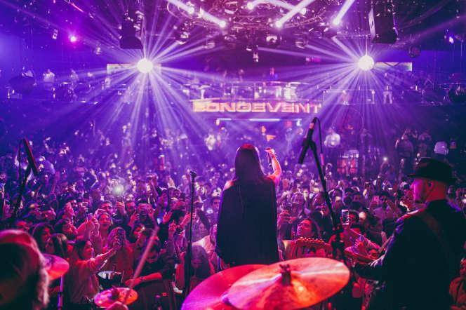 La chanteuse iranienne Sogand sur scène, au club Masquerade, à Istanbul, le 12 février.