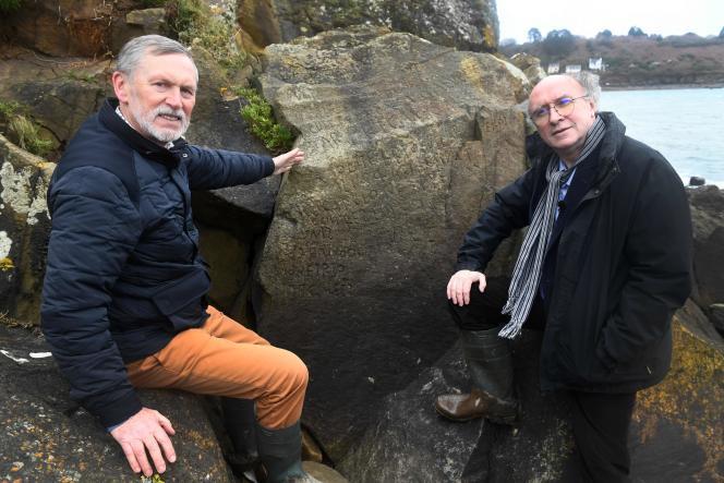 Le journaliste et écrivain Roger Faligot (à droite) et le professeur Noël René Toudic, près du rocher gravé, à Plougastel-Daoulas (Finistère),le 24 février 2020.