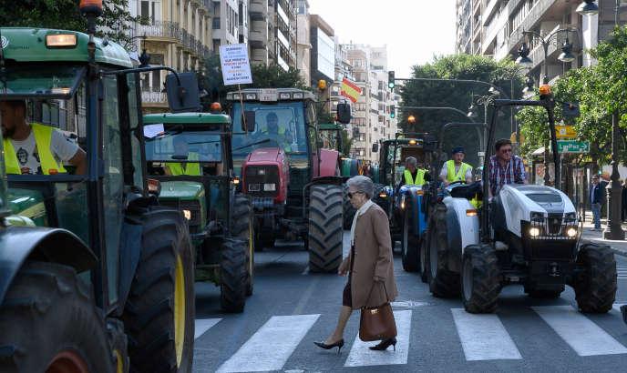 Des agriculteurs manifestent à Valence (sud de l'Espagne), le 14 février.