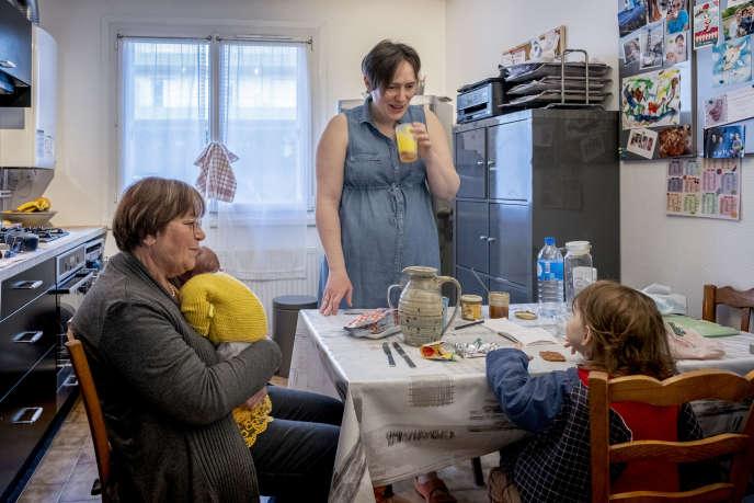 Brigitte, technicienne d'intervention sociale et familiale (TISF), avec Perrine et son fils Hélio à Saint-Genis-Laval, le 14 février.