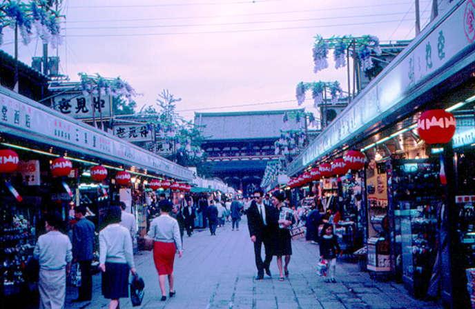 Vers leSenso-ji, temple bouddhiste d'Asakusa, à Tokyo, en mai 1967.