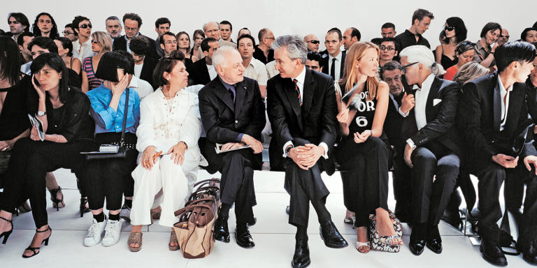 De gauche à droite : Emmanuelle Alt, Rei Kawakubo, Suzy Menkes, Pierre Bergé, Bernard Arnault, Delphine Arnault, Karl Lagerfeld et Stephen Gan, au défilé Dior Homme par Hedi Slimane, en 2001 à Paris