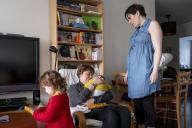 Perrine et Brigitte, venue la soutenir après la naissance de son deuxième enfant.