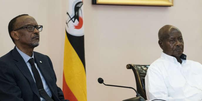Le président rwandais, Paul Kagame (à gauche) et son homologue ougandais, Yoweri Museveni, le 25 mars 2018 à Entebbe, en Ouganda.