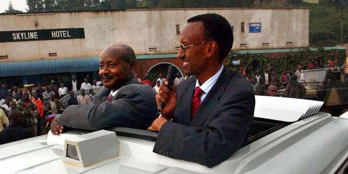 Les présidents du Rwanda et de l'Ouganda, Paul Kagame (à droite) et Yoweri Museveni, près de la frontière entre leurs deux pays, en février 2002.