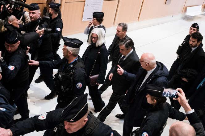 François et Penelope Fillon quittent le tribunal de Paris avec Marc Joulaud, lundi24février.