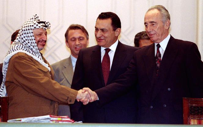 Yasser Arafat, Hosni Moubarak et Shimon Pérès, au Caire le 10 février 1994, à la signatured'unaccord sur des questions de sécurité.