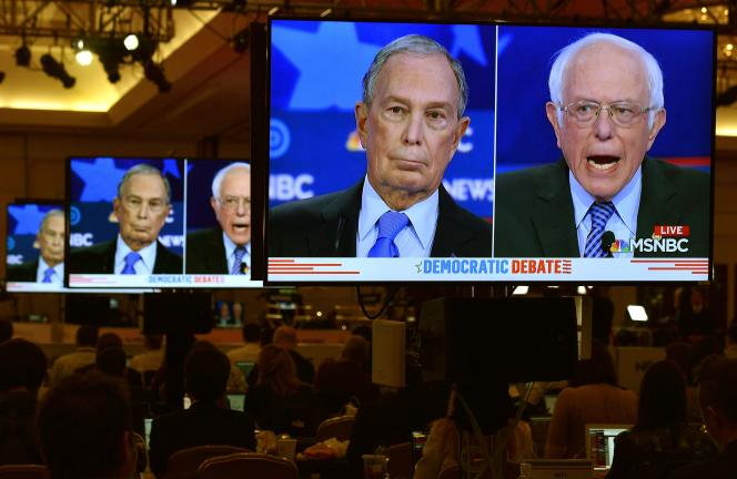Michael Bloomberg face à son rival Bernie Sanders lors du débat du 19 février entre candidats à l'investiture démocrate.