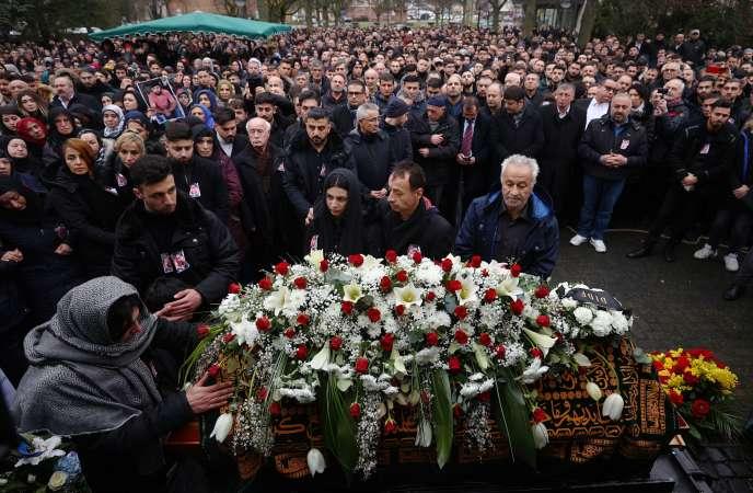 Des proches pleurent Ferhat Unvar, l'une des victimes de la tuerie, le 24 février à Hanau, Allemagne.