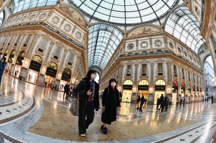 Dans la galerie Vittorio Emanuele II, à Milan le 24 février. Selon Federalberghi (la fédération des professionnels italiens de l'hôtellerie), le taux d'annulation des séjours dans la ville est de 30 %.