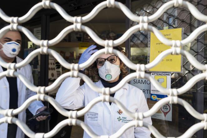 Les pharmaciens de Codogno vendent à travers le rideau, le 24 février.
