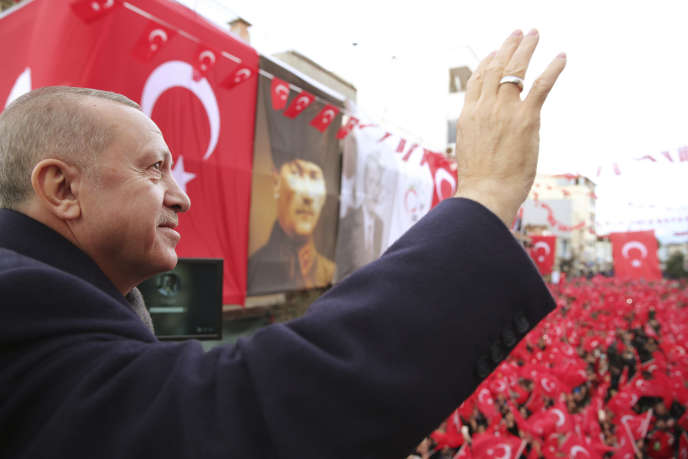 Le président turc Recep Tayyip Erdogan s'adresse à ses supporters, le 22 février à Izmir.