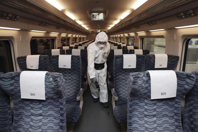 Un employé désinfecte un train,le 25 février à Séoul, en Corée du Sud.