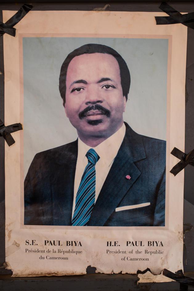 Paul Biya, président de la République du Cameroun depuis 1982, accroché en devanture d'un bar de Nkoabang à Yaoundé, novembre 2019.