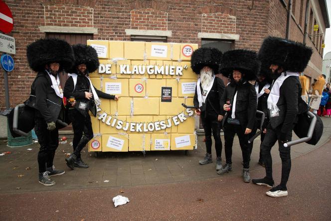 Des carnavaliers déguisés en juifs ultra-orthodoxes, le 23 février à Alost, en Belgique.