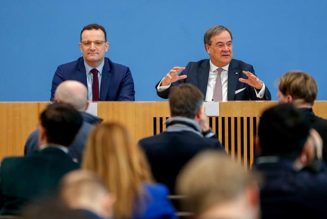Armin Laschet, ministre-président de Rhénanie-du-Nord-Westphalie (à droite) et Jens Spahn, ministre fédéral de la santé (à gauche), le 25 février à Berlin.