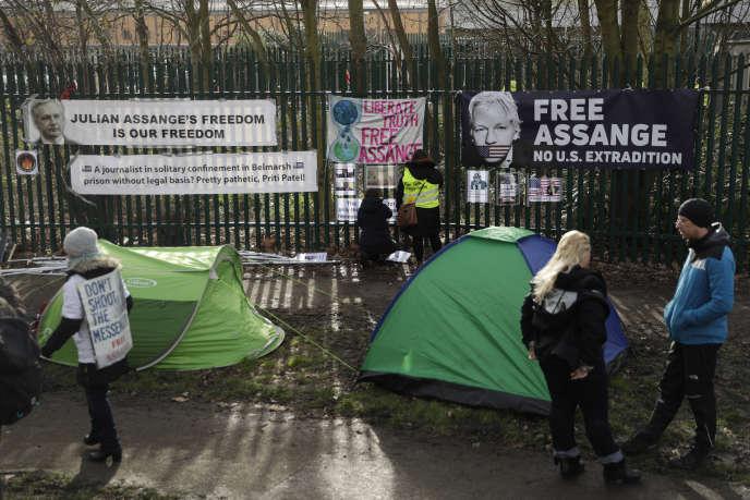 Des manifestants soutenant Julian Assange, devant le tribunal de Belmarsh où a lieu l'audience sur son extradition, au sud de Londres, le 25 février.