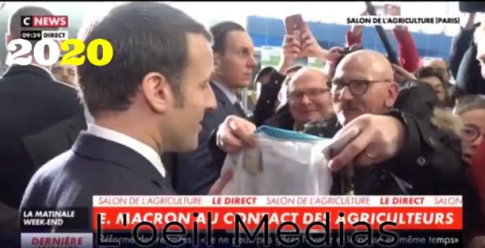 Un visiteur du Salon de l'agriculture offre un maillot de l'Olympique de Marseille au président de la République. Un geste louche, pour certains sites de gauche radicale, d'autant que l'homme était déjà présent à l'image en 2019.