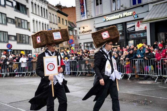 Des carnavaliers avec des chapeaux « Tunesco», le 23 février à Alost, en Belgique.