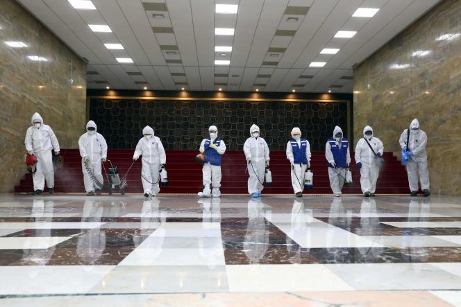 Des agents nettoient l'Assemblée nationale à Séoul, en Corée du Sud, le 25février.