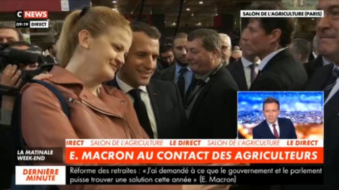 En apparté, Emmanuel Macron plaisante sur le nombre de selfies qu'il a accordé à cette femme.