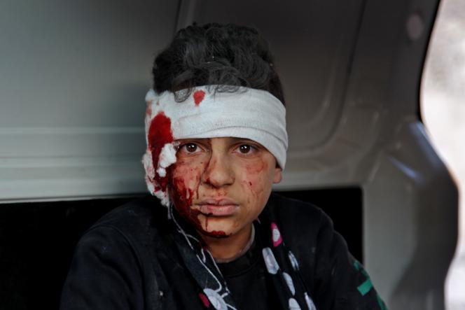 Un jeune Syrien est évacué après des frappes pro-régime surMa'arrat Misrin, dans la région d'Idlib, le 25 février.