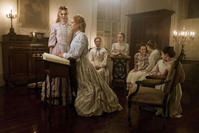 De gauche à droite: Elle Fanning (Alicia), Nicole Kidman (Miss Martha), Kirsten Dunst (Edwina), Angourie Rice (Jane), Oona Laurence (Amy), Emma Howard (Emily), Addison Riecke (Marie) dans«Les Proies», de Sofia Coppola.