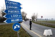 Un checkpoint à l'entrée de la «zone rouge», le 24 février à Ferno, près de Milan.