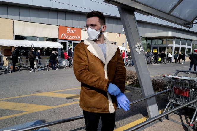 Un homme porte un masque chirurgical, le 24 février à Codogno (Lombardie), en Italie.