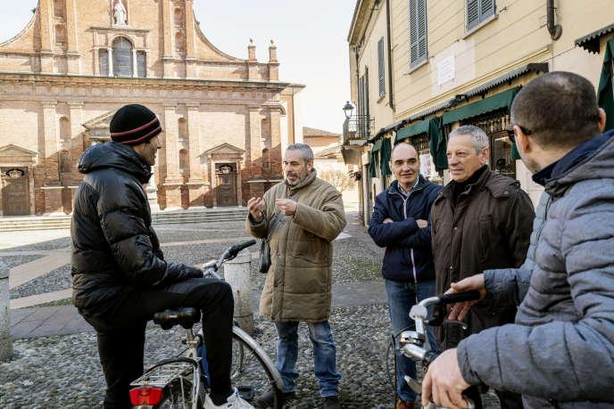 Des habitants de Codogno (Lombardie), en Italie, se retrouvent pour discuter devant l'église, alors que les bars sont fermés, le 24 février.