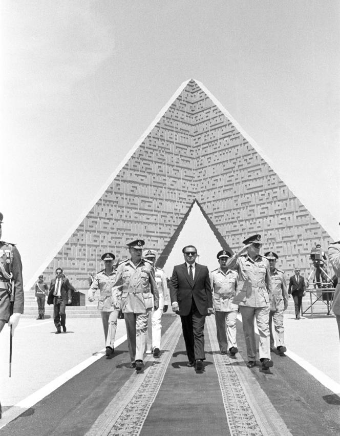 Hosni Moubarak à la tombe du soldat inconnu le 24 avril 1986, date anniversaire du retrait israélien de la péninsule du Sinaï.