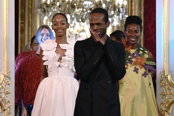 Le Camerounais Imane Ayissi lors de la présentation de sa collection printemps-été haute couture à Paris, le 23 janvier 2020.