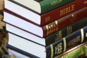 Livres des trois religions monothéiste, christianisme, islam et judaïsme: la Torah, le Coran et la Bible.