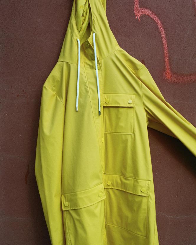 Manteau de pluie en polyester et polyuréthane, Le Mont Saint Michel, 140 €.