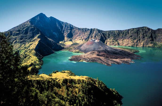 Le volcan Gunung Rinjani et son lac, sur l'île de Lombok.
