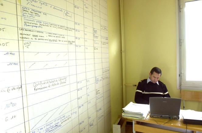 Un gendarme remplit un rapport dans l'école d'application d'artillerie de Draguignan, le 19 novembre 2002.