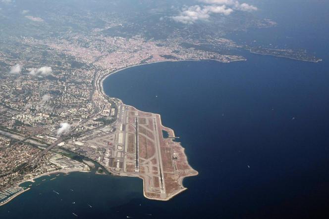 Vue aérienne de l'aéroport de Nice - Côte d'Azuren juillet 2019