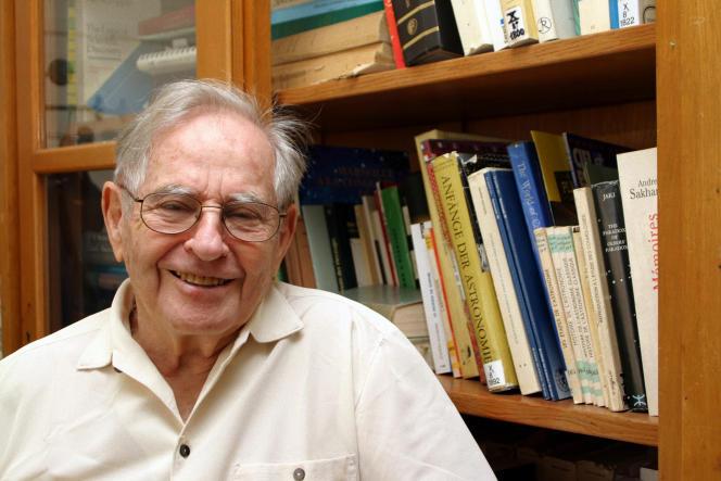 Le professeur Jean-Claude Pecker, dans son bureau du Collège de France, en 2004.