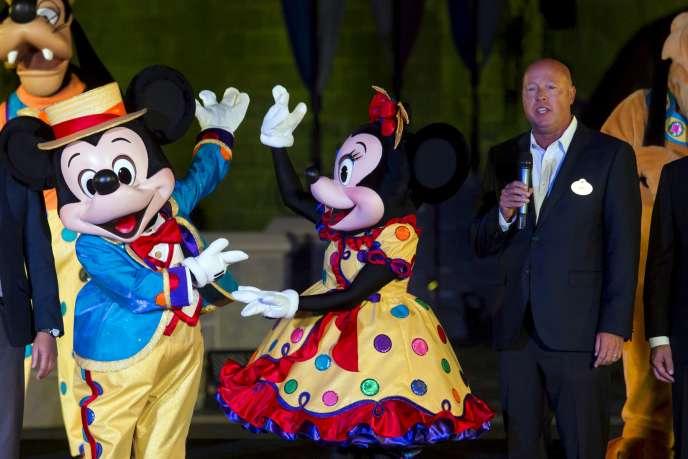 Bob Chapek (à droite), nouveau directeur général de Disney, célèbre les 10 ans du parc Disneyland de Hongkong, en septembre 2015.