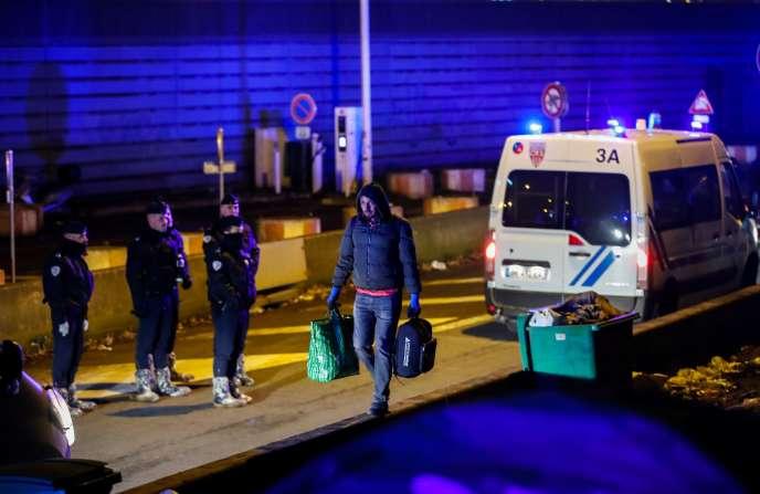 Evacuation d'un camp de migrants, porte d'Aubervilliers à Paris, le 28 janvier.