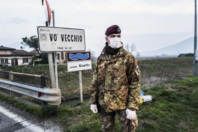 Les militaires arrêtent les gens à l'entrée du village deVo Vecchio, qui totalise le plus de cas de coronavirus, le 25 février.
