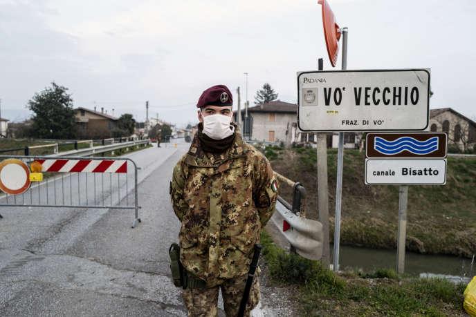 Un militaire italien contrôle l'accès à un village du nord de l'Italie placé sous quarentaine, mardi 25 février.